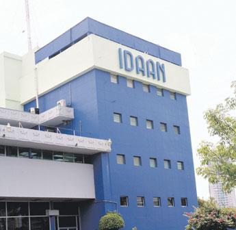 Personal del IDAAN realiza trabajos de reparación en Limajo.