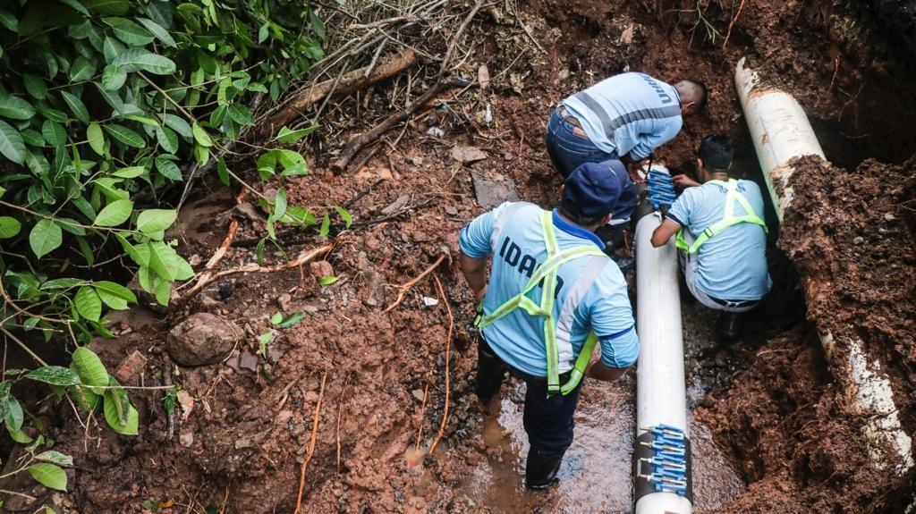 Cuadrillas reparan línea de conducción en Chapala, Arraiján